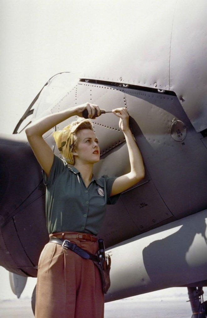 Una empleada de Lockheed trabajando en un P-38 Lightning. (Burbank, California 1944)