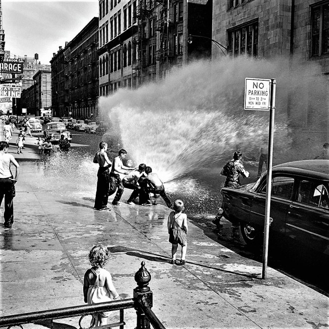June-1954-New-York-N.Y.-Photo-by-Vivian-Maier-courtesy-the-Maloof-CollectionHoward-Greenberg-Galleries-b-1 (2)
