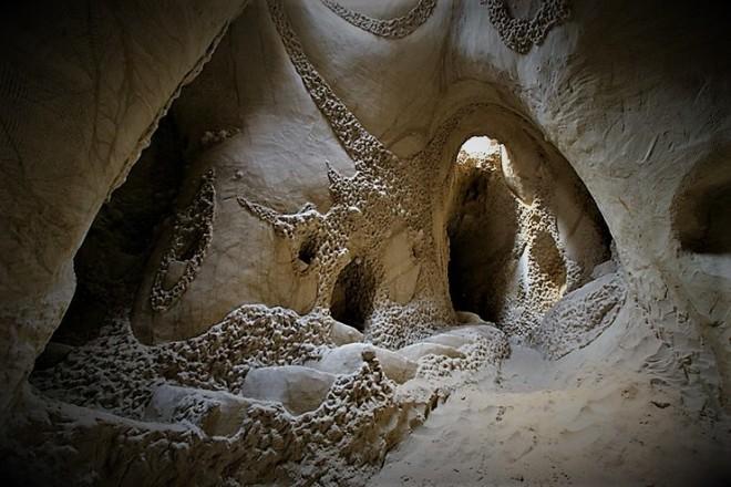 cuevas-esculpida-en-la-roca-07